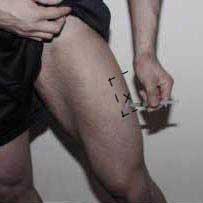 Поставяне на мускулна инжекция е бедрото. Мускулно инжектиране на анаболни стероиди в бедрото.